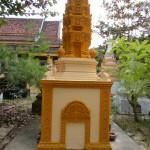 Buddhakoulun pihalla oleva hautakivi